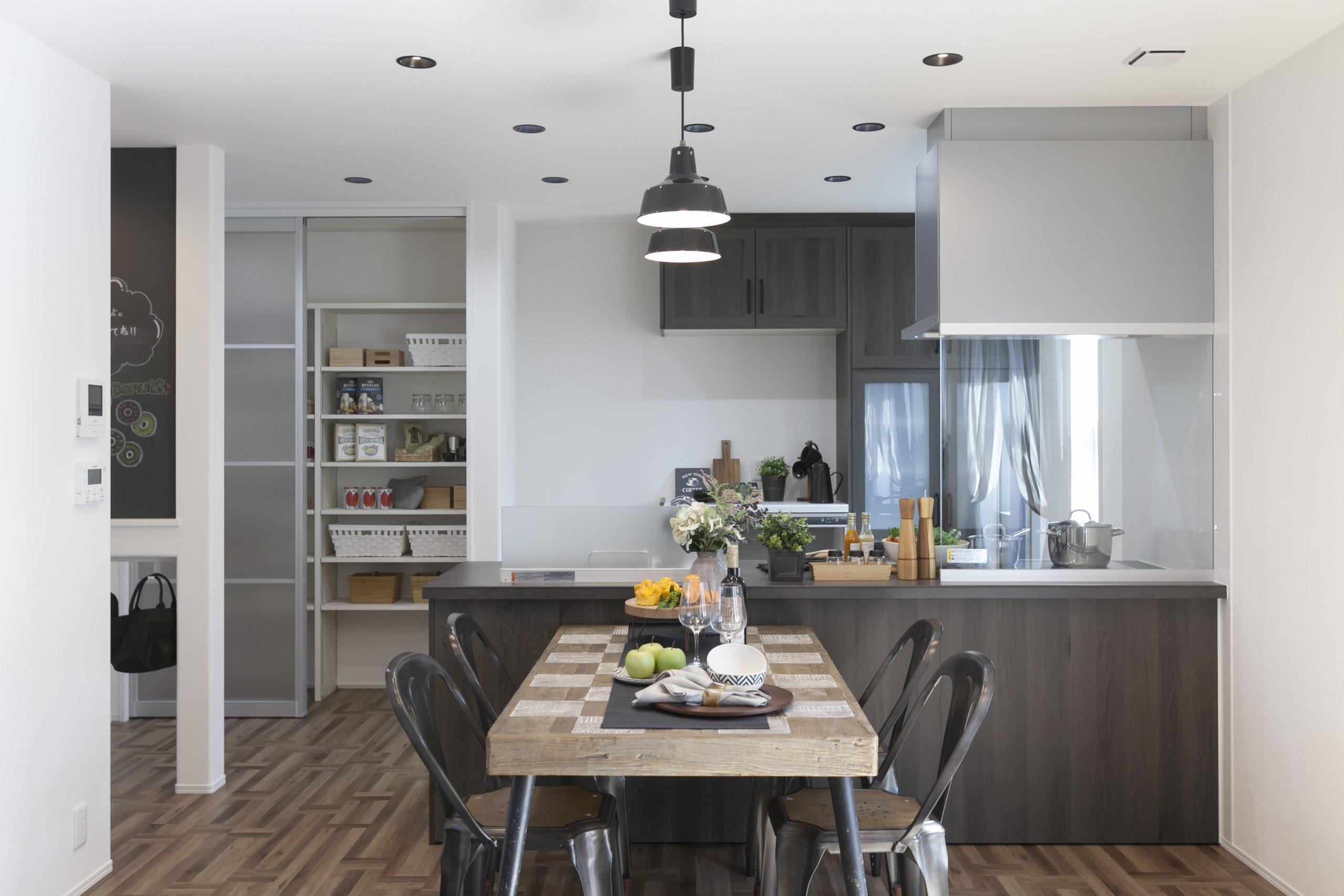 お話ししながらお料理に取り組める対面キッチン 収納の幅が広がるパントリーを設けました